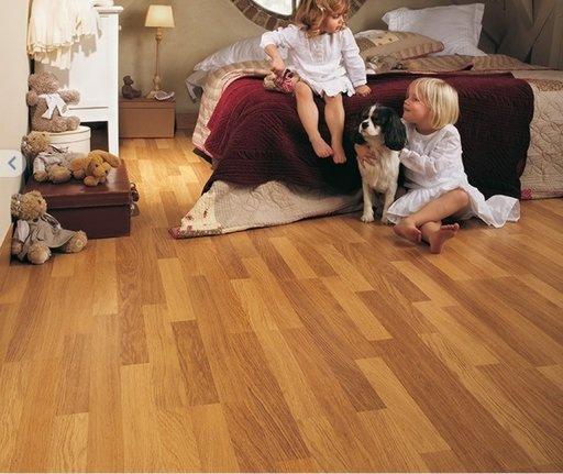 QuickStep CLASSIC Enhanced Oak Natural Varnished Laminate Flooring, 3-Strip, 8mm Image 1