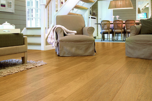 QuickStep PERSPECTIVE Natural Varnished Oak Planks 4v-groove Laminate Flooring 9.5 mm Image 1